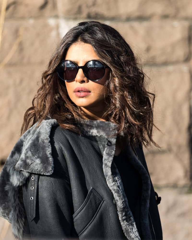 Priyanka Chopra rocks some natural waves and proves that some frizz and undefined waves can look just as glamorous as more careful hairstyles. The key? A good, oversized pair of sunglasses!