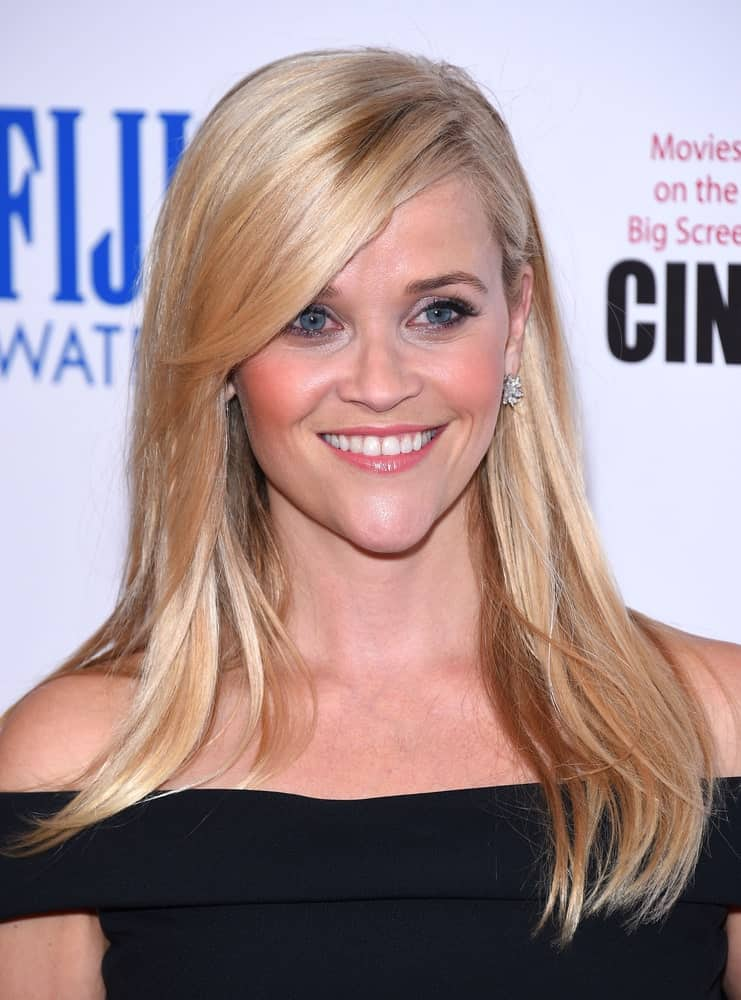 Reese Witherspoon looks absolutely adorable in this cute, straight hairstyle with an extended side parting and layers of hair falling onto her shoulders. To give it a whole new look, she has gathered all the hair towards the front on one side and she has pulled it back with just a few strands kept in the front on the other.