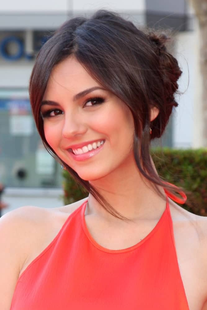 This hairstyle is best for those who like to pin their hair into beautiful knots, twists or buns. This is Victoria Justice looking super elegant in this tied hair up-do that has all the hair tied back in a pretty knot. Two thick strands of hair have been let loose in the front on either side of the face to give the hairstyle some dimension.