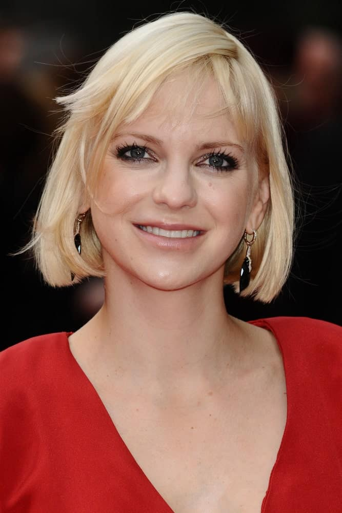 Anna Farris is always a vision in short hair, and here she looks no less than spectacular. While her chin-length bob is neatly trimmed at the same level throughout, she has opted for layers in the bangs which looks even more stylish.