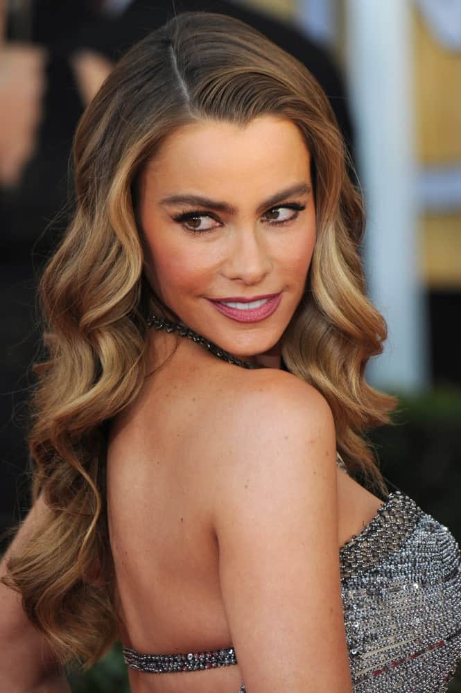 Sofia Vergara pulls off a classic Hollywood look with a side parting and carefully styled waves. They look elegant on just about anyone and are extremely versatile when it comes to pairing them with different looks.