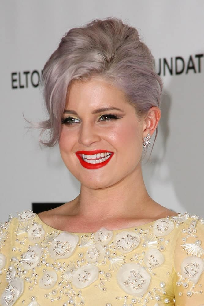 Although she usually pairs it with mauve, violet or purple tones, here we see the undeclared queen of gray hair, Kelly Osbourne, embracing the pure gray color wholeheartedly. Securing her bleached hair in an elaborate upstyle hairstyle, she has let loose a few strands to adorn her face and complete the attractive look.