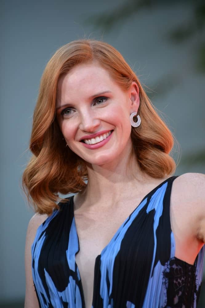 It is no secret that Jessica Chastain tries to avoid dyeing her natural ginger locks for movie roles. Not only is Chastain an advocate for red hair but she also knows how to rock her strawberry-toned locks. Here, the actress has given her hair a side part and arranged her shoulder-length hair in loose curls. The look is flirty and glamorous.