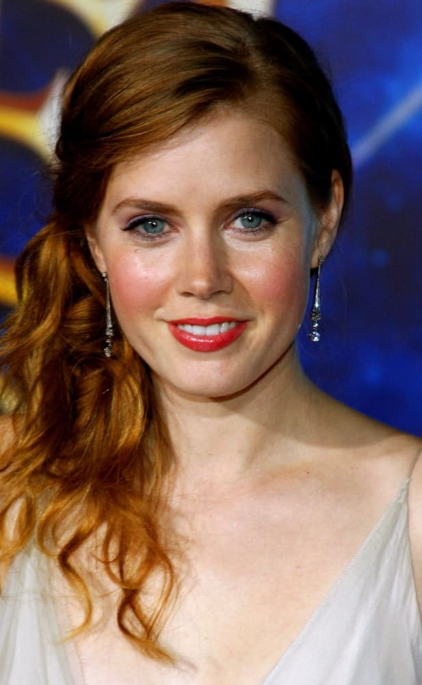 Amy Adams seems to be in love with the side-swept hairstyling ideas, and it's probably for the right reasons too. Gathering her gifted red hair on one side enables her to flaunt her natural hair color and is a surefire way to catch every eye from afar. Here she has knotted the side-swept hair into a low ponytail to look young and energetic.