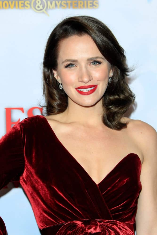 Who said loose hairstyles only provide a casual and careless touch. You can form a loose hairstyle like Shantel VanSanten and ooze dignity and grace. With a side-swept division followed by bouncy waves, this somewhat long bob cut is a good example of a loose but elegant hairdo.