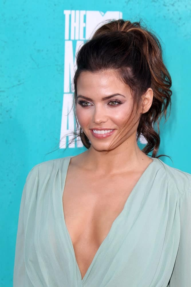 Take notes from Jenna Dewan Tatum on how to look really mod with minimal efforts. Her ponytail hairstyle for women features her brunette hair secured at the back while she has made a soft puff at the front and let out some flyaways for a cool and relaxed look.