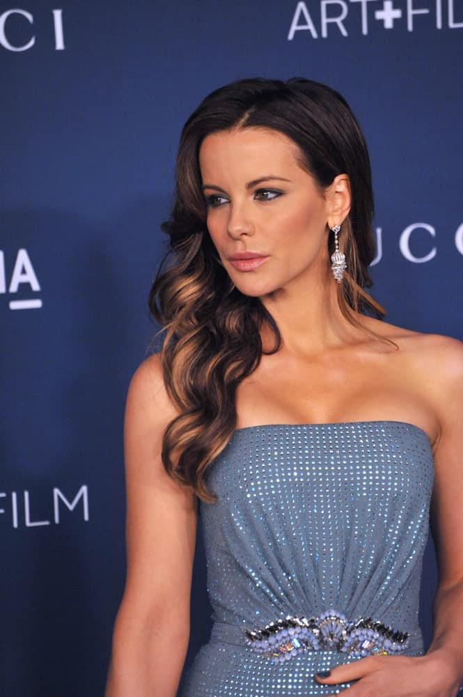 Kate Beckinsale displays her deep brown hair in a side-swept manner but not before getting some vivid highlights and loosely curling her locks to add more dimension and style. This hairstyle will go well on prom nights as well as daytime wedding parties.