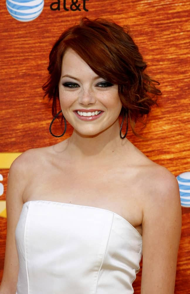 Look fresh and lively by rocking Emma Stone's wedding-inspired hairstyle that combines a few messy waves in a cluster at the side. The somewhat asymmetrical style makes her look like a true Hollywood diva that she is.