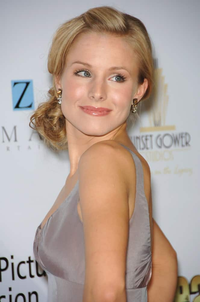 The smiling beauty Kristen Bell was spotted at an annual gala in Los Angeles sporting this pretty side-tied hairstyle for women. The low hanging chignon might not necessarily be something new but what is surely different is the short puff that she has made at the top. The end result is an impressive hairstyle that gives her a youthful and playful look.