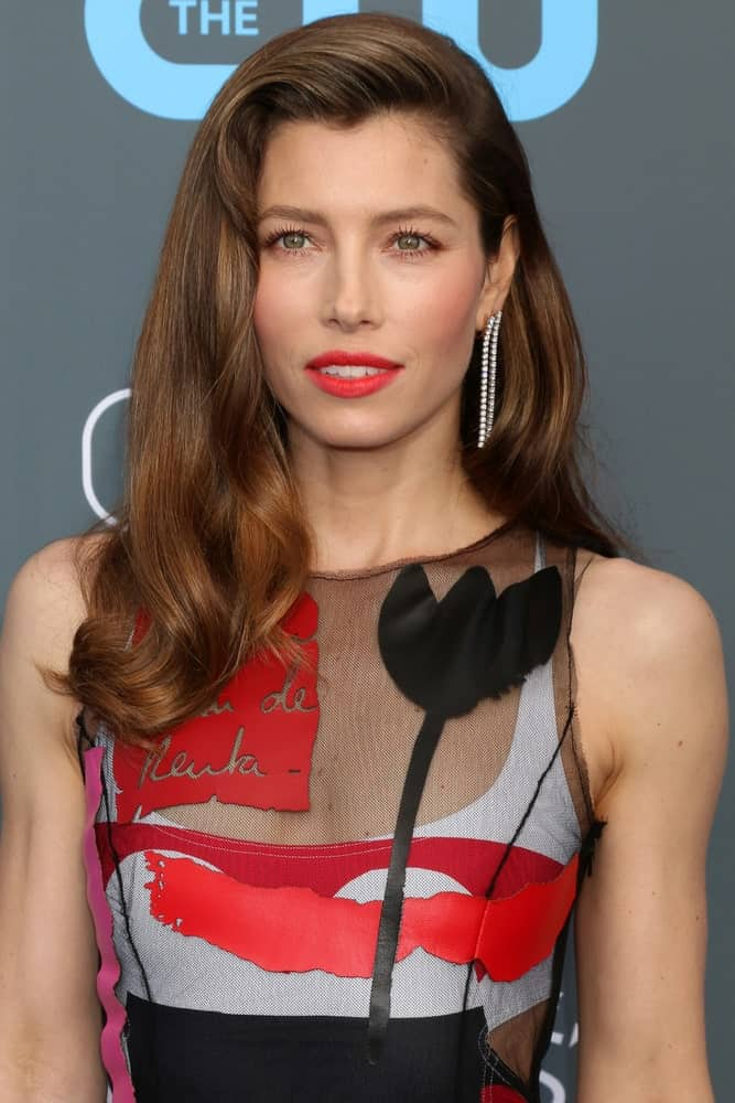 Jessica Biel's retro style side-swept hairdo is formed by brushing most of the hair to one side, then teasing the frontal part upwards before spraying some hairspray to hold the well-defined single wave in place.