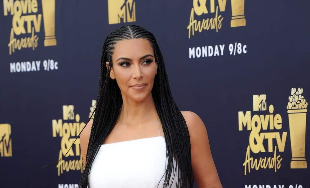 When Kim Kardashian first jumped on the Fulani braid bandwagon, she received a lot of criticism from the African-American community for appropriating their culture. However, it didn't stop Kim from flaunting the traditional braid style. Kim's most famous (or infamous) look came when she appeared at the 2018 MTV Awards with her hair in tight Fulani braids. Even though she was not well-received, the traditional hairstyle certainly looked stunning. Kim did not use any colored beads or shell but let the hair speak for itself.