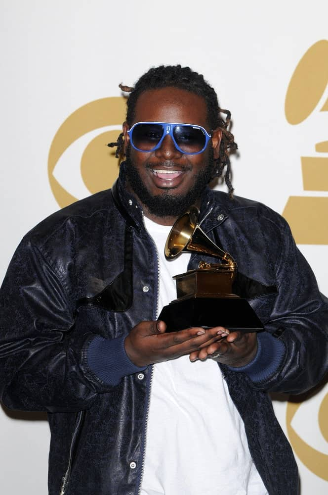This is yet another popular American rapper, T-Pain, sporting a short dreadlocks hairstyle that is quite different from the rest. He has pulled all his hair back into a high pony-tail and his dreadlocks seem to be spreading sideways. His dreadlocks are super tight that keeps them separated and individualized.