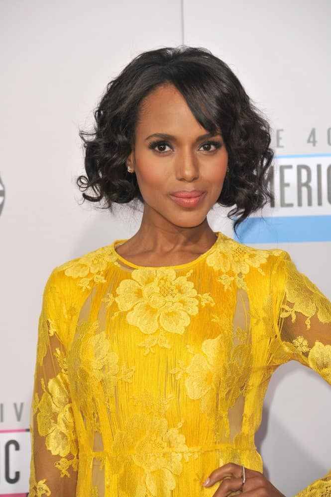 Here we see the charming Kerry Washington flaunting her short bob cut hair in a loose and relaxed but truly chic hairstyle. Her jet-black hair has been heavily curled while the actress has gone for short side-swept bangs for a more stunning look.