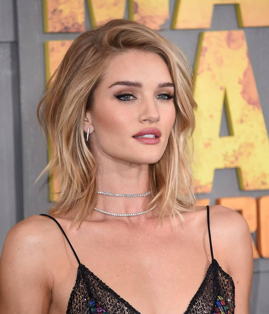Being a model means Rosie Huntington-Whiteley knows how to make head turns. Although the Victoria's Secret model usually loves to sport long, breezy locks, here she has opted for a shorter, more product-heavy style. Huntington-Whiteley cropped her long mane into a mid-length lob with a casual side part. The actress highlighted her hair in various tones and added styling spray to give her locks some added dimensions.