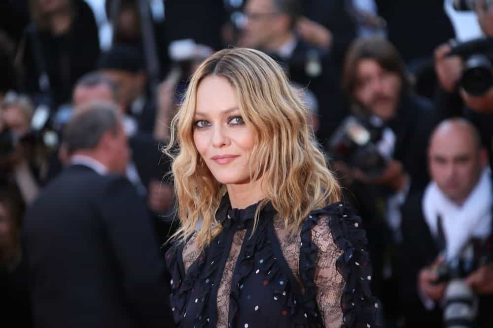 French actress Vanessa Paradis knows how to rock a lob. The actress has styled her mid-length hair into messy, casual crimps. Paradis left her roots dark while colored the rest of her hair a sandy blonde shade. With her kohl-rimmed eyes and dark clothing, the actress pulls off the grunge look really well.
