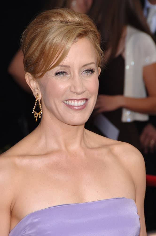 Felicity Huffman proved that side-swept hairstyles go well on women of all ages and are a timeless style in every possible sense. For instance, she combined a traditional upstyle hairstyle with long side-parted bangs to look like a classic beauty.