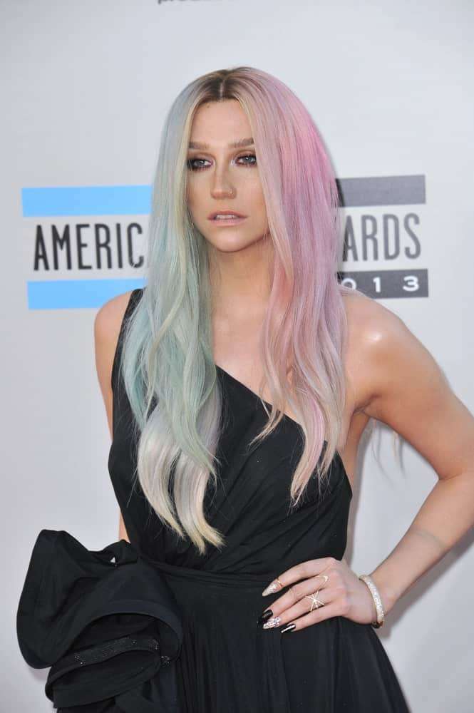 Loose hairstyles or wearing hair down in a plain manner is always the go-to for women with unique hair colors. For example, here we see the singer, Ke$ha, showing off her fascinating pale pink and pastel blue hair dye by letting her hair cascade down.