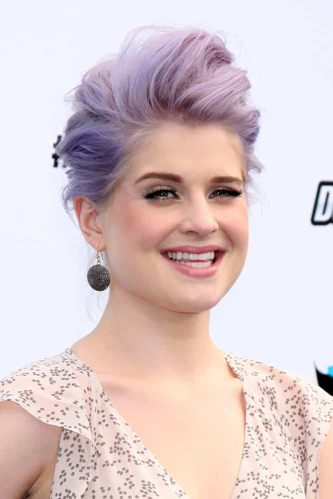 The Osbourne's have also been known for their avant-garde fashion sense. Years before purple and silver hair hit the mainstream masses, Kelly Osbourne flaunted this silver-lilac pompadour on the red carpet. With soft pink natural makeup and a floaty dress in neutral tones, the singer-songwriter made a statement with her hair.