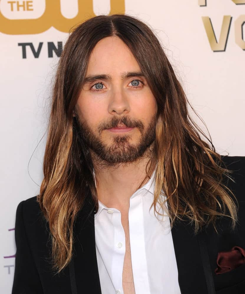 Jared Leto is the first name that comes to mind when you think of men with long hair. His hair here is really long, extending way beyond his shoulders and has a tad messy look. He has parted his hair in the middle where thick locks of highlighted hair fall on both sides. That rough, dark-colored beard greatly complements his long hair and makes him look absolutely dashing.