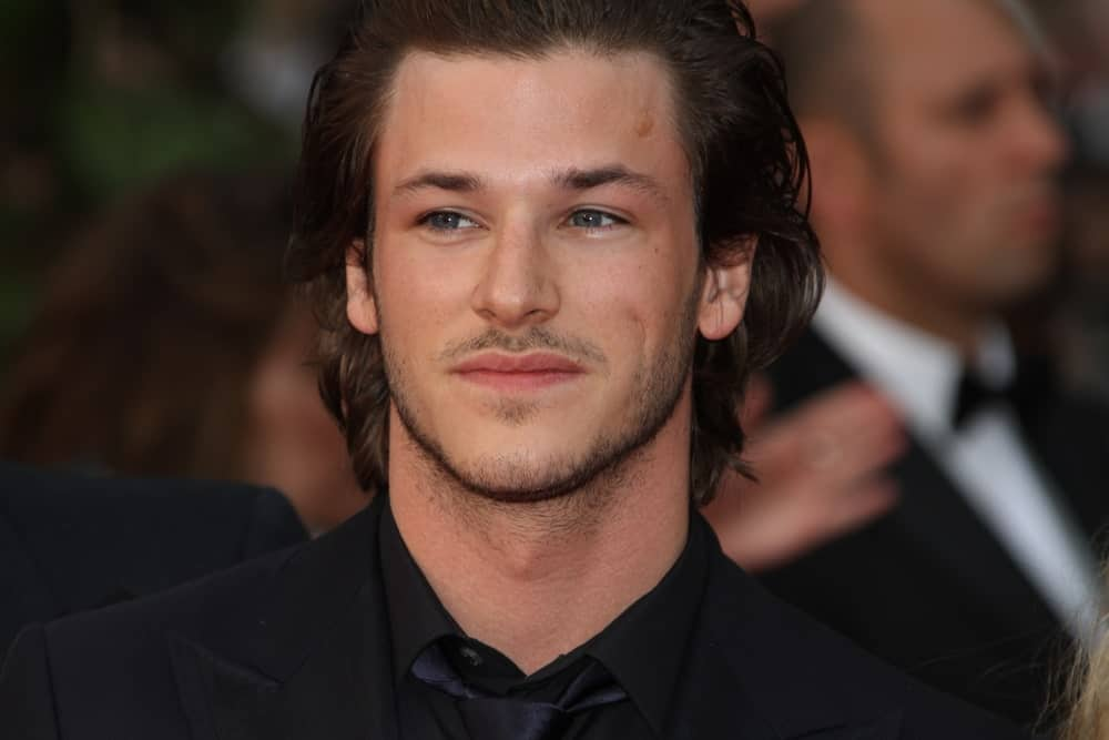 If pretty had a face, it would be Gaspard Ulliel's! He looks absolutely handsome and dashing in this hairstyle where he has the perfect style that is not too long but is the ideal length that rests on the nape of his neck. He has slightly wavy locks that have been gelled all the way back, revealing his broad forehead.