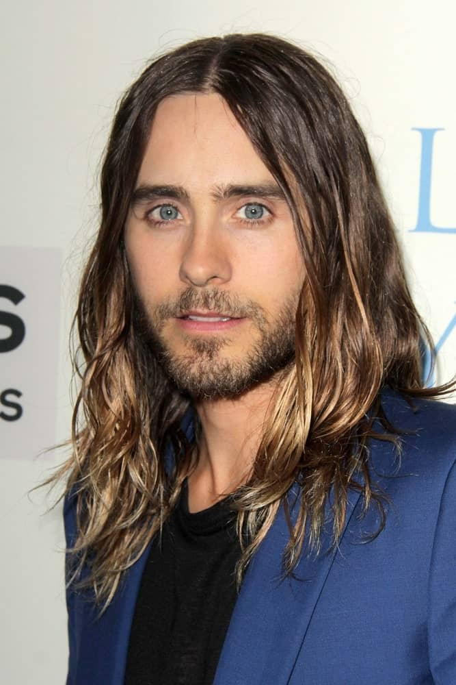 If you were never convinced by the idea of men dyeing their hair, perhaps Jared Leto will help you change your mind! He looks like a true beauty with his really long hair that has a dark brown base color followed by subtle, glossy golden highlights. With a clean middle parting, he has split his hair equally on both sides which creates quite a rich balance between the brown and the gold in his hair.