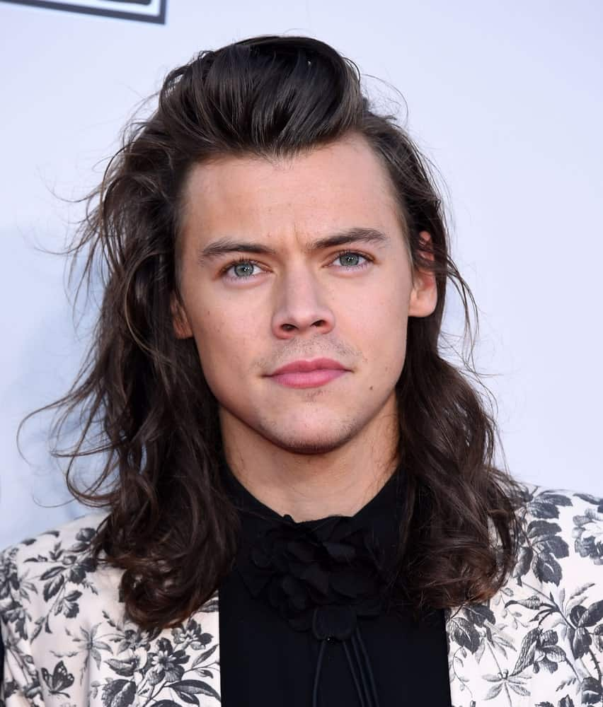 The One Direction singer Harry Styles is the perfect representation of unique hair goals with his super long hair that gently rests on his shoulder. His hair is a tad wavy, and that adds great dimension to it. From the front, he has poofed up his hair. If anything, this is quite a different and funky long hairstyle that looks simply amazing.