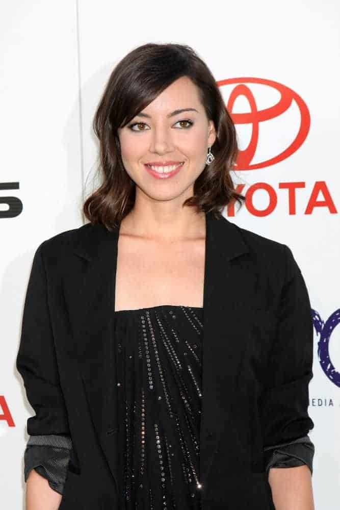 Aubrey Plaza was at the 2011 Environmental Media Awards at the Warner Brothers Studio on October 15, 2011, in Beverly Hills, CA. She was seen wearing an all-black outfit to pair with her shoulder-length raven hairstyle that has vintage curls and long side-swept bangs.