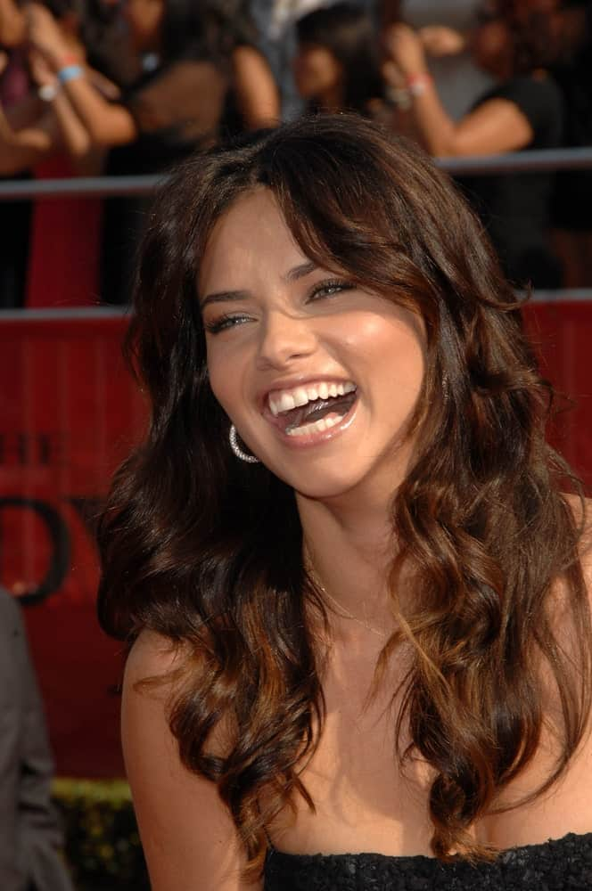 Adriana Lima sported a medium-length beach hair with soft curls and highlights at the 2008 ESPY Awards in Nokia Theatre, Los Angeles.