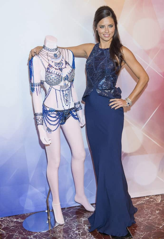 Model Adriana Lima attended the Victoria's Secret Dream Angels Fantasy Bra debut last November 13, 2014 in Las Vegas with a gorgeous side-parted long dark hair complemented by her stunning blue dress.