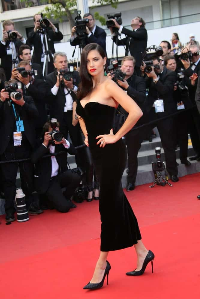 The Brazilian supermodel attended the 'Sicario' premiere during the 68th annual Cannes Film Festival last May 19, 2015. Her dress was a pitch black sophisticated piece that goes well with her one-sided black wavy hair and bold lips.