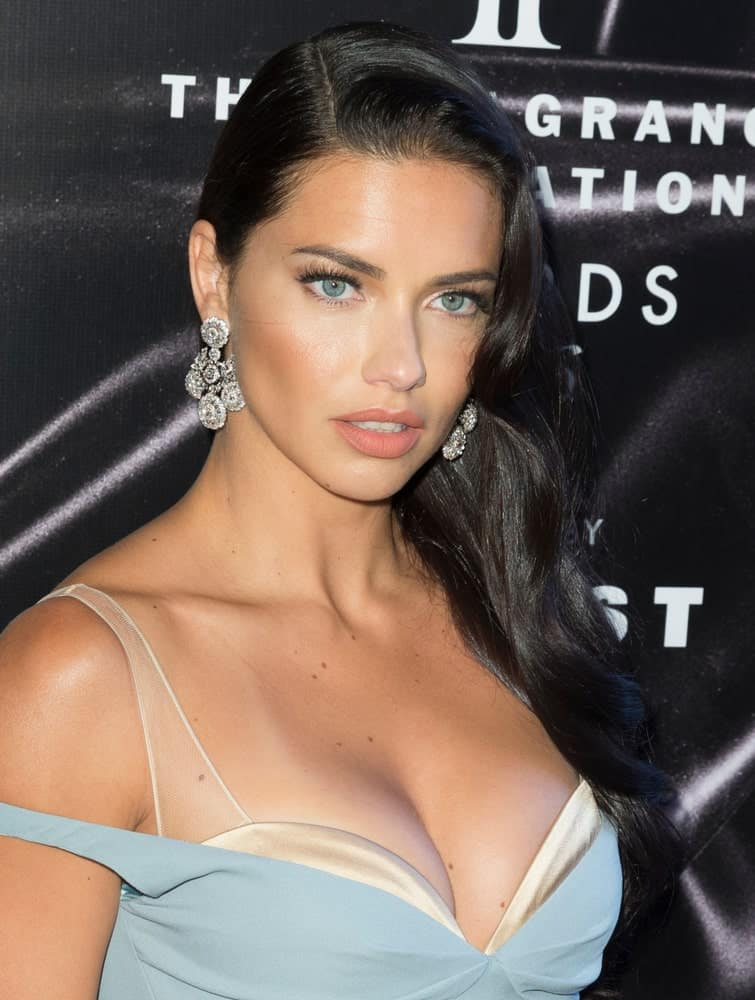 Adriana Lima attended the June 2016 Fragrance Foundation Awards at Lincoln Center, New York with her gorgeous earrings on display complemented by her sophisticated side-parted wavy black hair with a slight tousle.