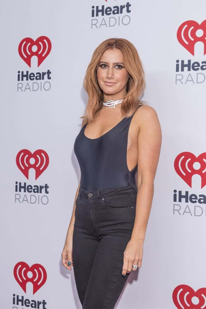 Looking all sexy and chic, the actress arrives for the 2015 iHeartRadio Music Festival last September 18, 2015, with voluminous blonde hair that's center-parted.