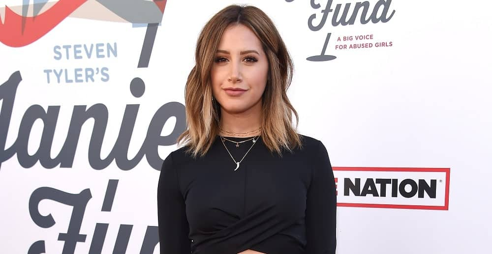 During the Steven Tyler 1st Annual Janies Fund Gala 2018 on January 28th, Ashley Tisdale sports a simple look with her short beach waves. She finishes it with layered necklace and a classic black dress.