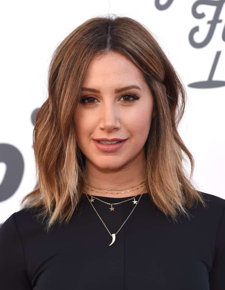 During the Steven Tyler 1st Annual Janies Fund Gala 2018 on January 28th, Ashley Tisdale sports a simple look with her short beach waves. She finishes it with layered necklaces and a classic black dress.
