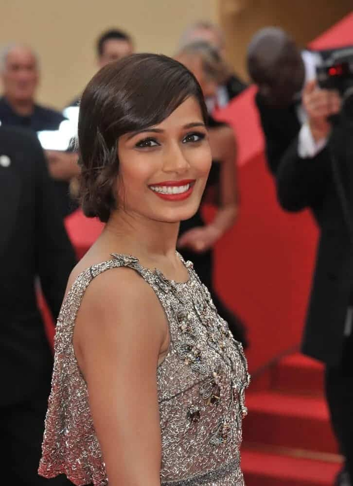 Freida Pinto went for a vintage look last May 16, 2016 for the 66th Cannes Film Festival. Her hairstyle was a vintage updo with side-swept bangs.