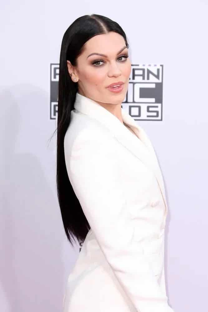 Jessie J wore a simple yet captivating white suit outfit when she attended the 2014 American Music Awards with her sleek, center-parted long dark hair.