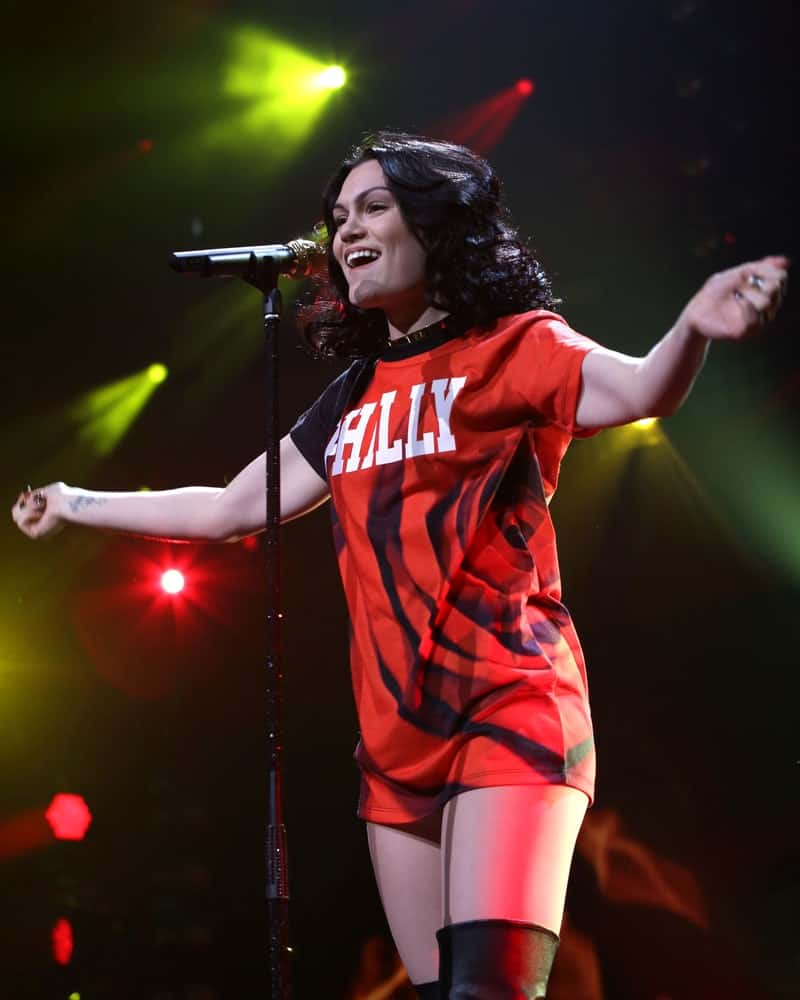 Jessie J performed at the Wells Fargo Center last December 10, 2014 in Philadelphia wearing a bright orange Philly jersey and a thick messy wavy hairstyle on her shoulder-length hair.