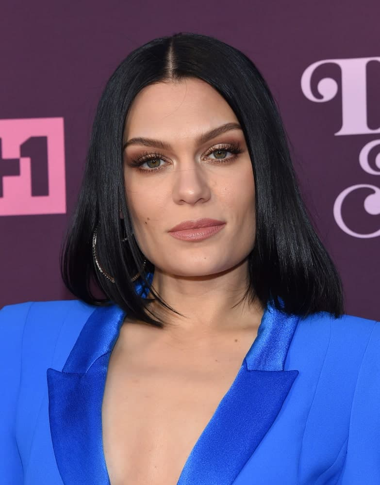 Jessie J arrived at the VH1's 3rd Annual 'Dear Mama: A Love Letter to Moms' last May 3, 2018 in Los Angeles. She had a bright blue smart casual outfit to match her long straight bob parted in the middle.