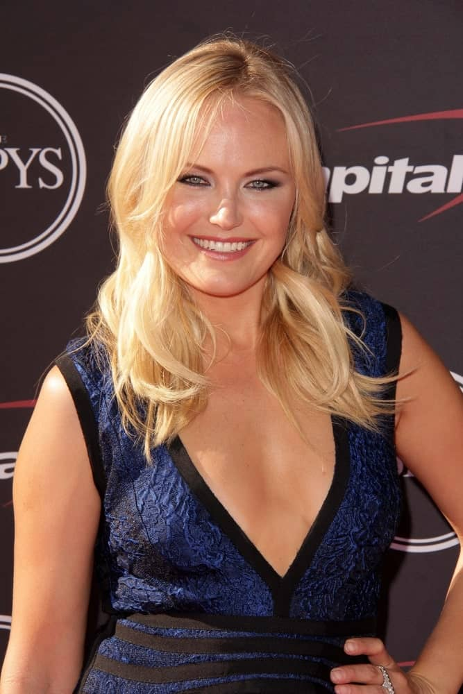 The 2013 ESPY Awards last July 17, 2013 bore witness to Malin Akerman's beautiful loose wavy blond hairstyle with layers and simple blue dress paired with smoky eyes.