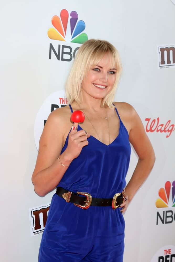 Malin Akerman was at the Red Nose Day 2016 Special at Universal Studios last May 26, 2016 with a bright blue romper to match her fresh and sunny straight bob hairstyle with eye-skimmer bangs.