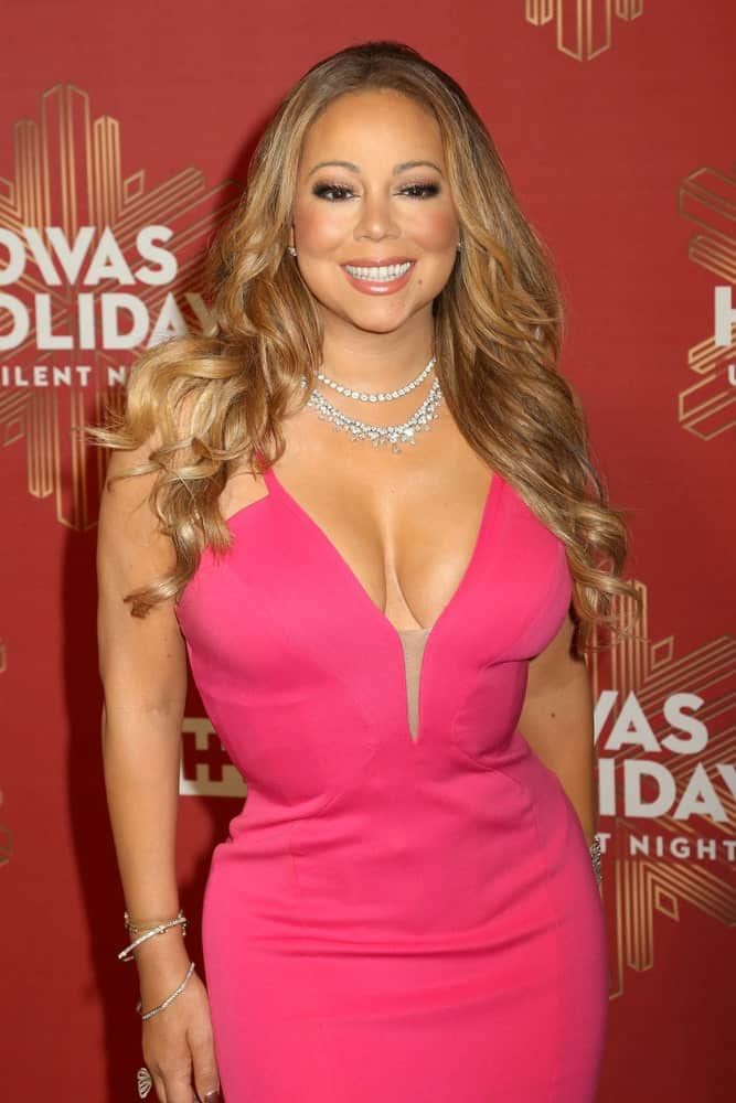 Mariah Carey had a classy and sophisticated look with her center-parted, wavy highlighted hairstyle with a light tone to match the pink dress last December 2, 2016 for the VH1 Divas Holiday Concert.