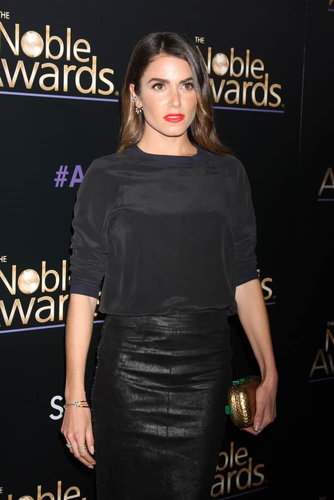 The model rocking a loose side-parted hair with subtle waves during the Noble Awards at the Beverly Hilton Hotel on February 27, 2015. It is complemented with red lipstick that stands out against her black velvet top and leather skirt.