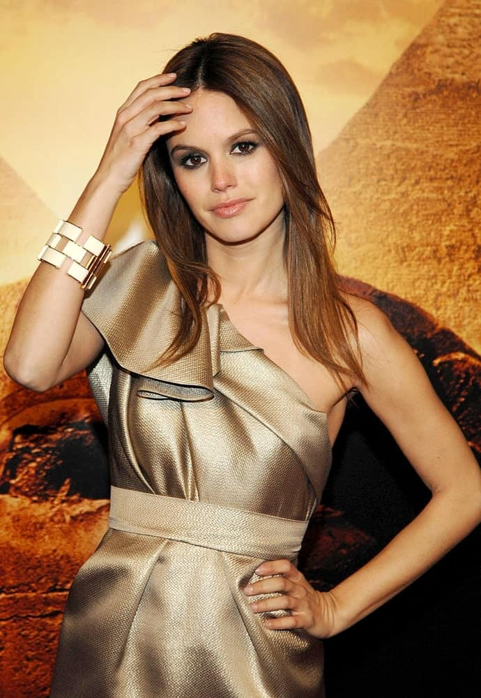 The actress looked ravishing in a Monique Lhuillier dress and Juicy Couture bracelet worn at JUMPER Premiere, Ziegfeld Theatre, New York on February 11, 2008. It was completed with a simple, loose hairstyle and smoky eyes softened with a nude lipstick.