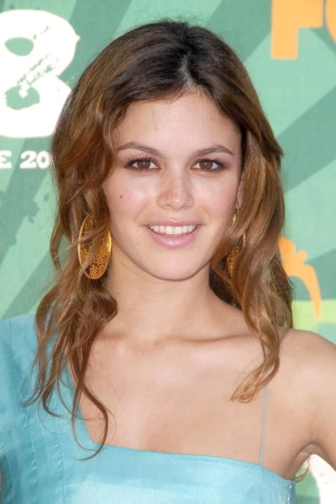Rachel Bilson looked charming in a blue dress paired with Amrapali earrings that she wore during the 2008 TEEN CHOICE AWARDS on August 3, 2008. The look was completed with a permed hairstyle that's center-parted.