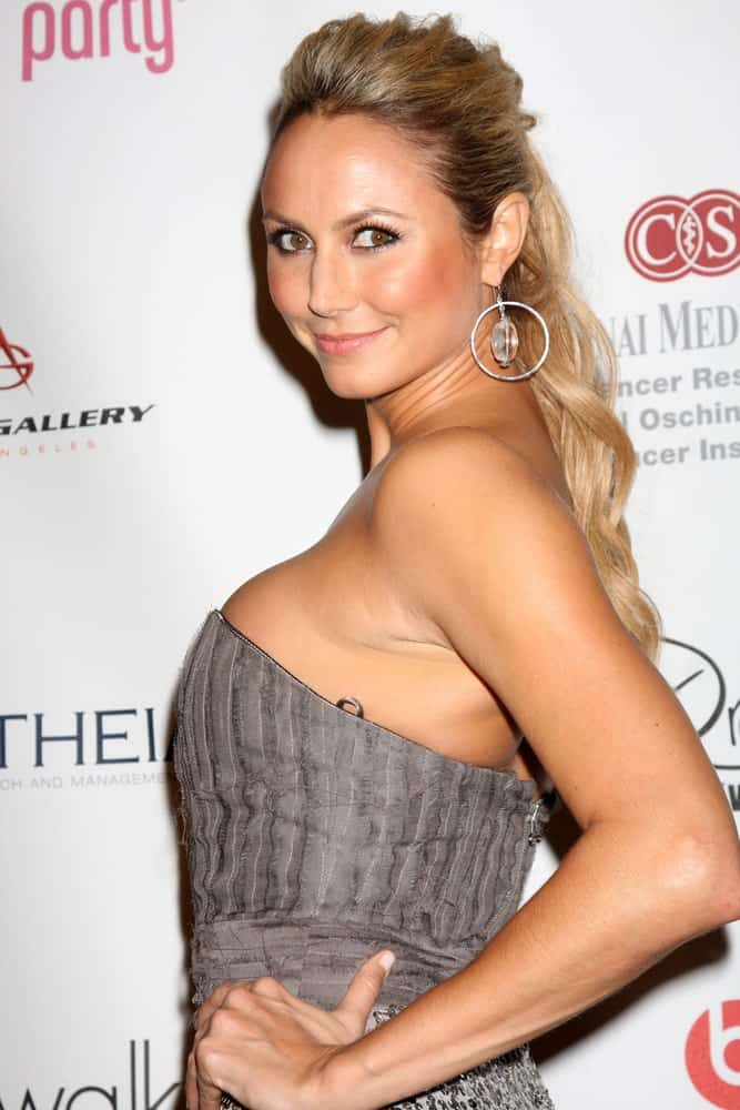 Stacy Keibler rocks a high ponytail with her long blonde wavy tresses worn during the Pink Party 2010 held on September 25th. She complemented it with round hoop earrings and a sleek tube dress.