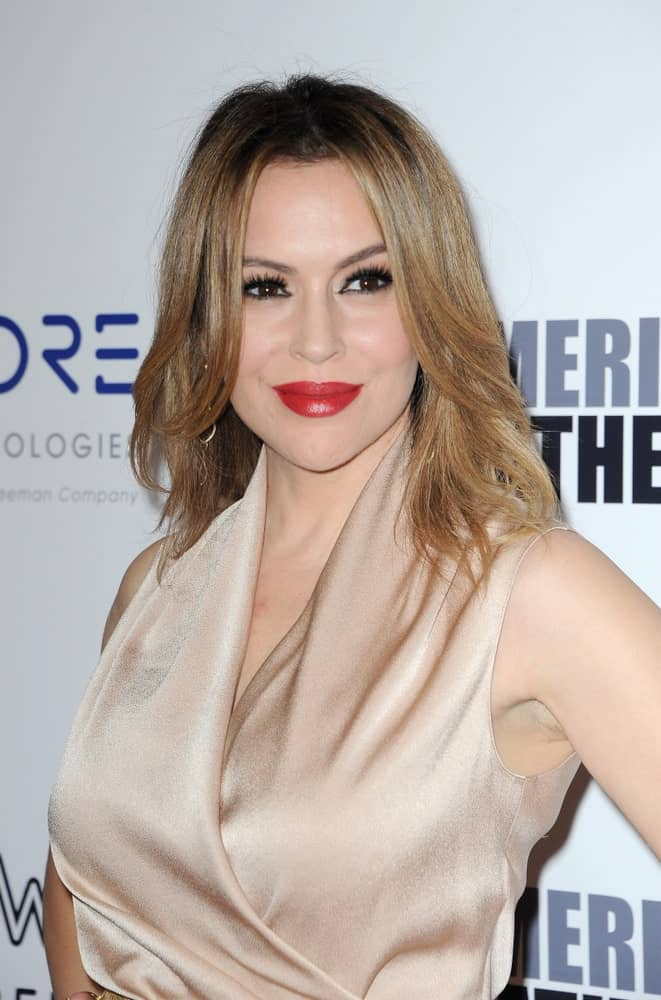 Alyssa Milano had her center-parted waves in blonde during the 32nd American Cinematheque Award Presentation Honoring Bradley Cooper held on November 29, 2018. It perfectly matches her nude silk dress while contrasting her bold red lipstick.