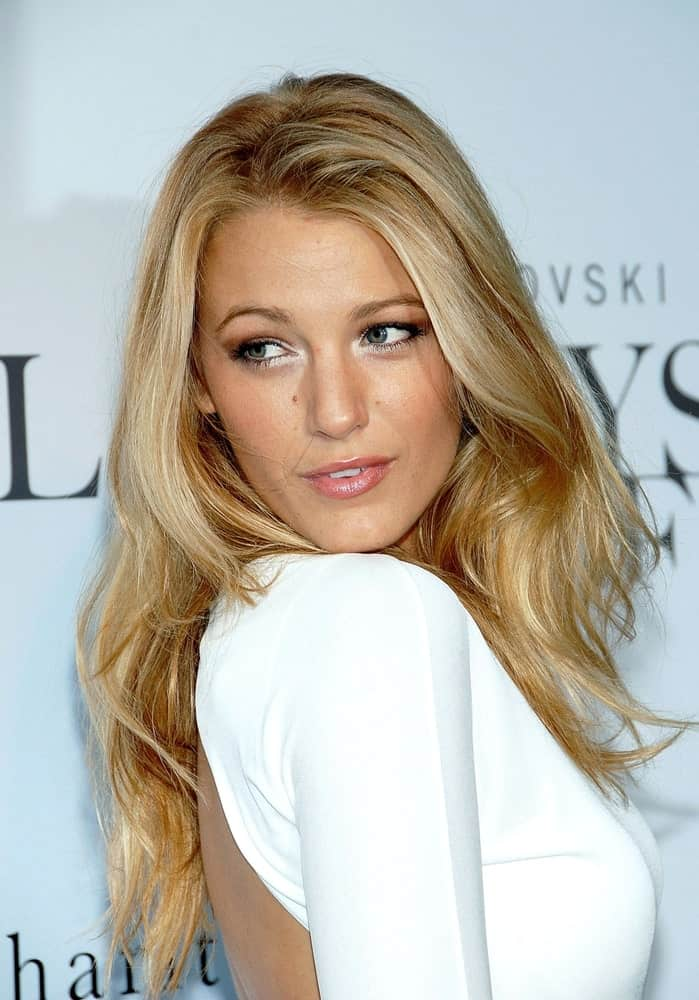 Blake Lively was at the Swarovski Crystallized Concept Store Grand Opening Benefit for charity in New York last June 25, 2009. She had gorgeous layered and loose blond waves that complemented her white dress.