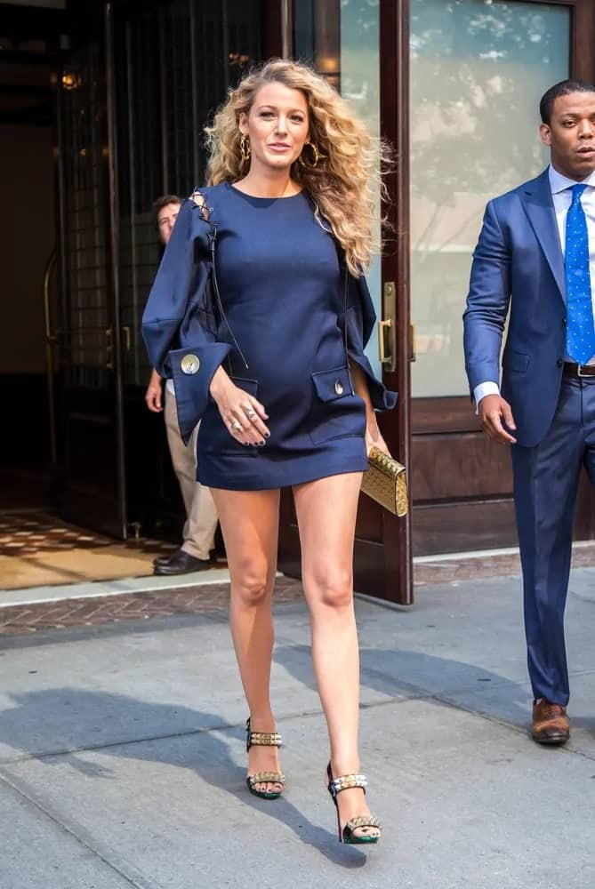 Blake Lively still looked chic and classy despite her pregnant belly when she was seen in New York back in 2016. She wore a sexy short dress that paired well with her long curly sandy blond hair.