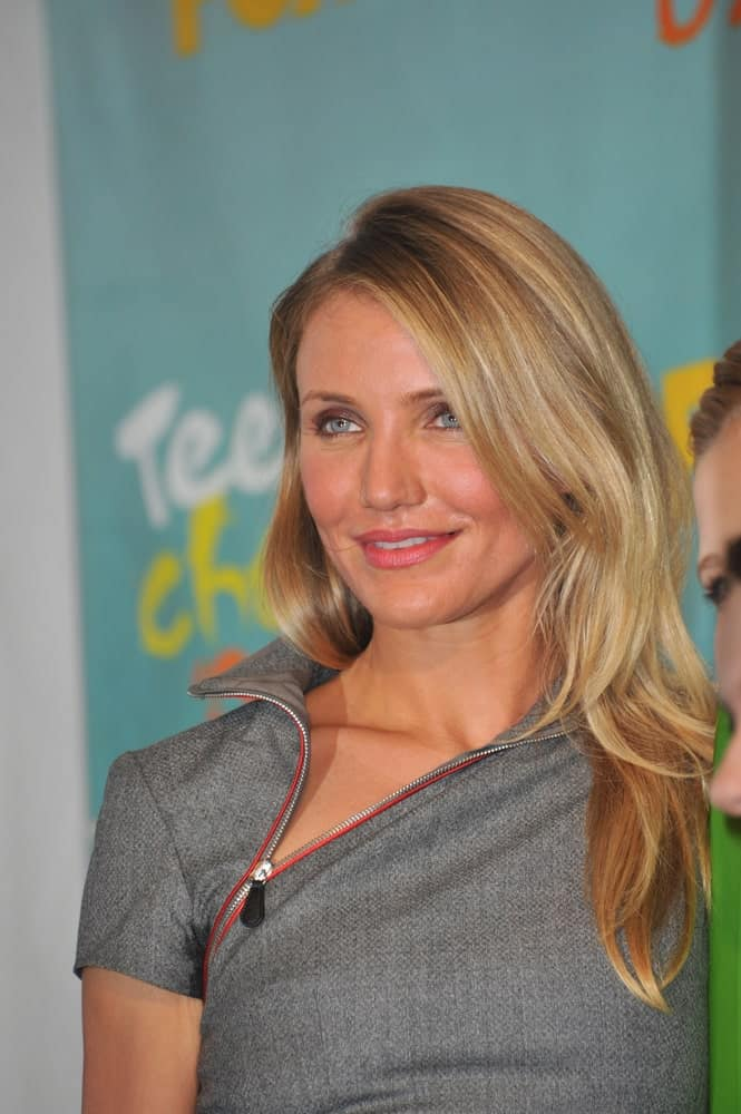 Cameron Diaz wore a fashion-forward gray dress with her highlighted and side-swept sandy blond layers at the 2009 Teen Choice Awards at the Gibson Amphitheatre Universal City last August 9, 2009.