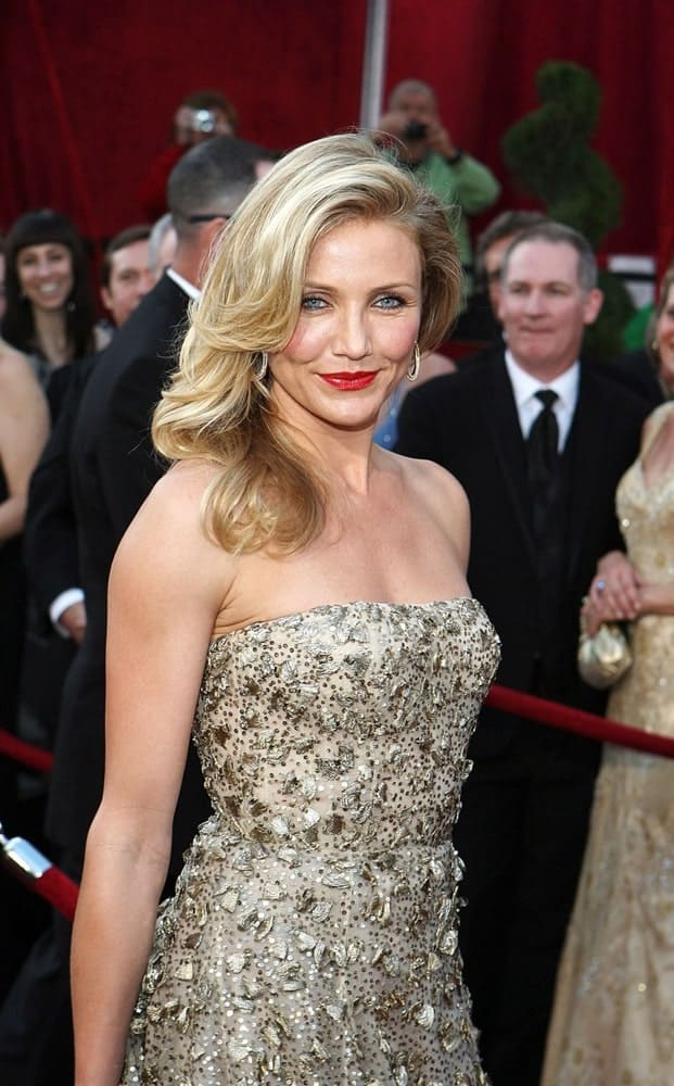 Cameron Diaz wore an Oscar de la Renta gown, smoky eyes and an elegant wavy side-swept hairstyle at 82nd Annual Academy Awards Oscars Ceremony, The Kodak Theatre in Los Angeles last March 7, 2010.